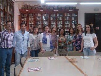 El concejal isñeo y el director de la biblioteca junto al resto de participantes en las jornadas formativas