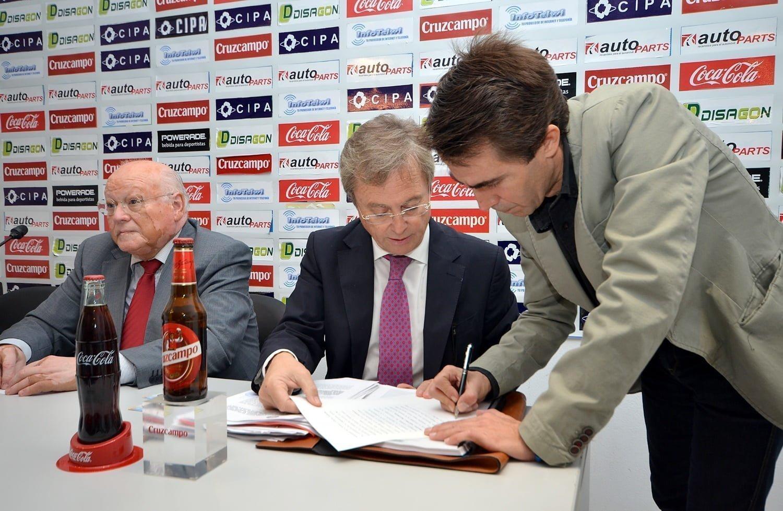 El presidente de Huelva Deportes, Antonio Ramos, firmando el acta de la Junta General de Accionistas ante el notario Carlos Toledo,