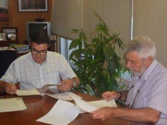 El delegado de Educación y el alcalde de Villarrasa firman el acuerdo de colaboración