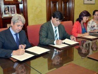 El alcalde, la presidenta de Cocemfe y Agüera, en representación de Cepsa, firman el convenio