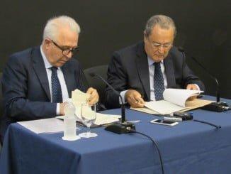 Sánchez Maldonado, por la Junta de Andalucía, y Francisco Moreno, por AMINER, rubrican la firma del convenio