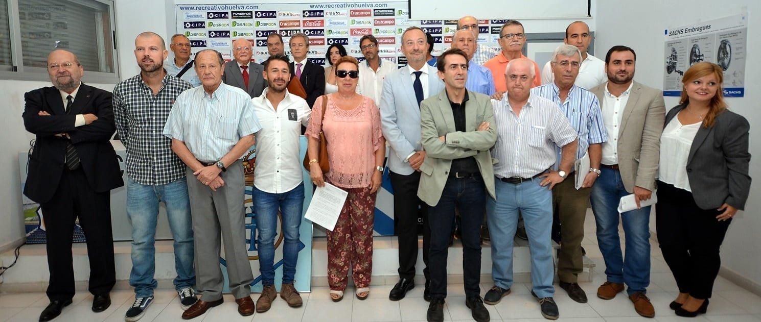 Foto histórica de los asistentes a la Junta General de Accionistas del Recreativo de Huelva SAD que terminó con la era 'Comas'