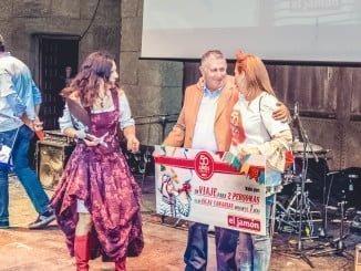 Francisco Díaz Mingorance, fundador de la empresa, haciendo entrega de un premio.