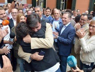 Gabriel Cruz y Elena Tobar se funden en un abrazo tras conocer la gran noticia