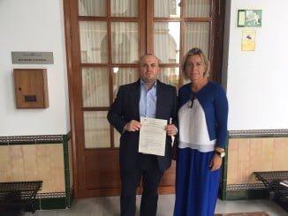 Julio Díaz e Isabel Albás con la Proposición no de Ley registrada en el Parlamento