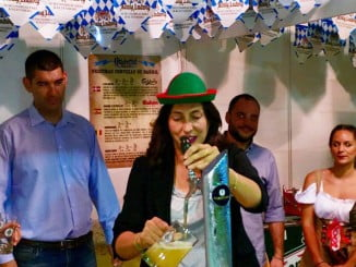 La alcaldesa de Valverde tira la primera cerveza que inauguraba la feria.