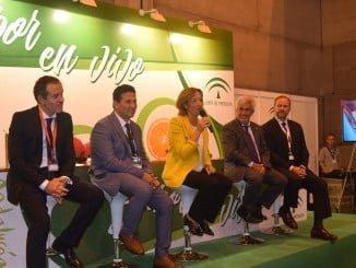 La consejera de Agricultura, junto a representantes de Freshuelva, Caja Rural del Sur y Diputación Provincial, en la presentación del Congreso de los Frutos Rojos.