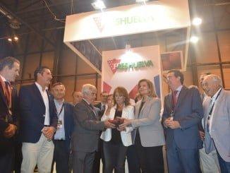 La ministra en funciones de Empleo, Fátima Báñez, junto a los productores de fresas de Huelva.