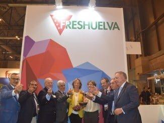 La ministra en funciones y la consejera de Agrlcultura estuvieron en el stand de Freshuelva.