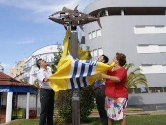 Las autoridades de Isla Cristina y el autor descubren el monumento.