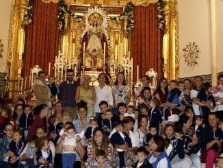 Los niños de Isla Cristina ante la Virgen del-Rosario.