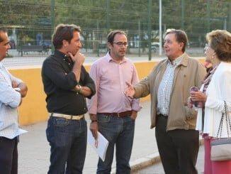 Ruperto Gallardo y Enrique Figueroa con representantes de la asociación de vecinos Nuevo Molino