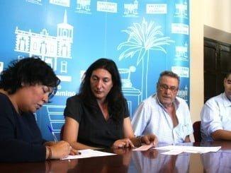 La alcaldesa de Valverde del Camino, Loles López, junto al concejal de Urbanismo, Manuel Cayuela