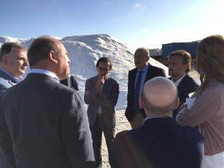 Visita del consejero a la salinera, que cada año supera las 100.000 toneladas de producción de sal