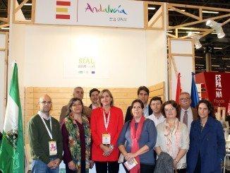 Vanessa Bernad junto a representantes de las empresas que han viajado con Extenda a la feria internacional