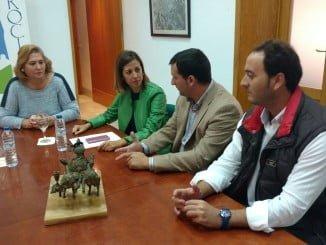 La Delegada territorial con los alcaldes de Bonares y Rociana del Condado