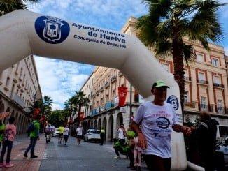 El atleta y celador onubense Rodrigo Ruíz a su llegada al Ayuntamiento tras correr 75 km