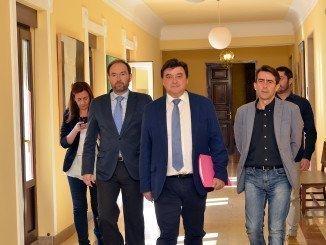Antonio Ramos, a la derecha, junto al alcalde y el concejal José Fernández
