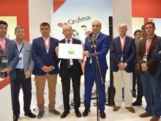 Muestran orgullosos su certificado de calidad y sostenibilidad