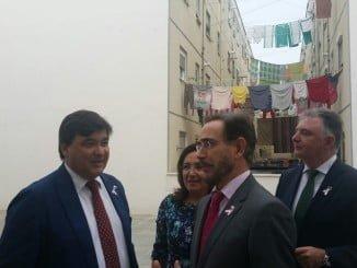 El alcalde de Huelva, Gabriel Cruz, acompañó al consejero en su visita al Torrejón
