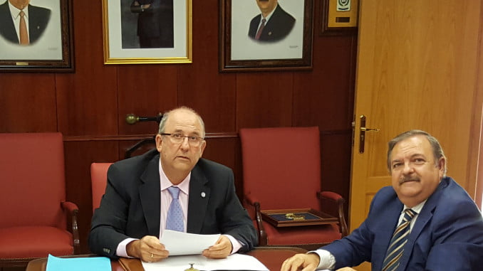 El decano del Coiti, José Antonio Melo, y el presidente de Apadge, José Ortega, tras la firma del convenio