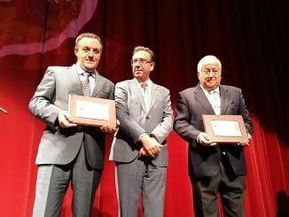 Entrega de la placa a los premiados con el Jamón de Oro y Bellota de Oro