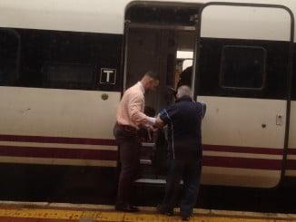 Un pasajero se sube al tren en la estación de Huelva