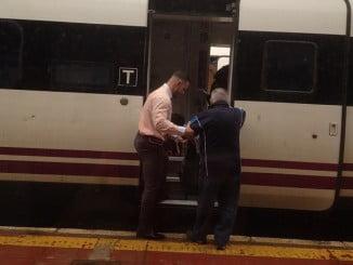 Los viajeros, atravesando el tren averiado para llegar al Intercity