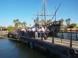 Turistas visitando el Muelle de las Carabelas