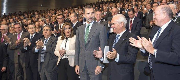 La presidenta de la Junta en el patio de butacas aplaude al monarca en el acto de apertura de la VI Asamblea de la agrupación de miembros del Instituto Internacional San Telmo