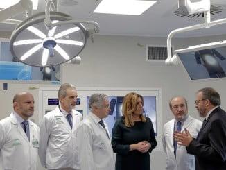 Susana Díaz departe con el personal de un centro médico