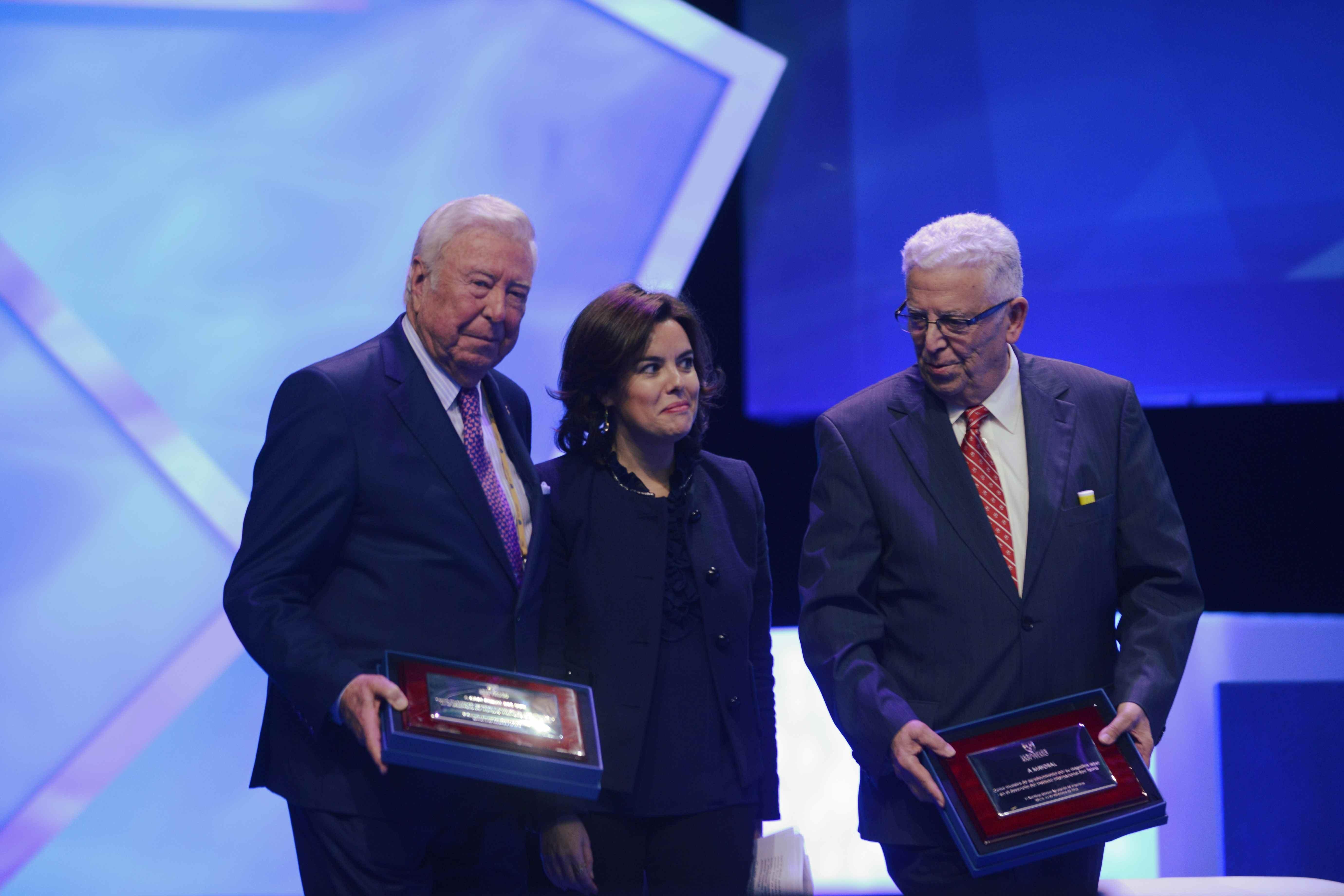 La vicepresidenta del Gobierno fue la encargada de hacer entrega de los reconocimientos de San Telmo, entre ellos a Caja Rural del Sur.