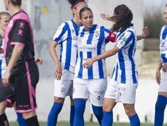 Las jugadoras del Sporting de Huelva celebran uno de los tres goles.