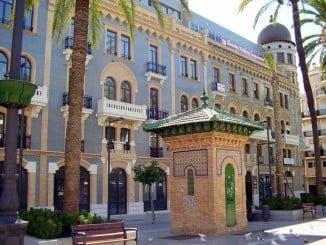 La Diputación también tuvo dependencias fuera de su sede, en el Hotel París, que fueron calificadas de monumento al despilfarro por los populares