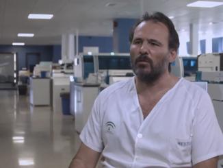 León es natural de Sevilla y es co-director del Plan Andaluz de Laboratorios del SAS