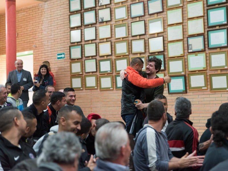 Uno de los internos saluda al director uruguayo Mauro Sarser