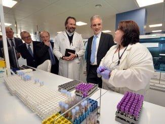 El consejero de Sanidad visitó recientemente el Complejo Hospitalario de Huelva en medio de las denuncias de los ciudadanos ante las deficiencias sanitarias en Huelva