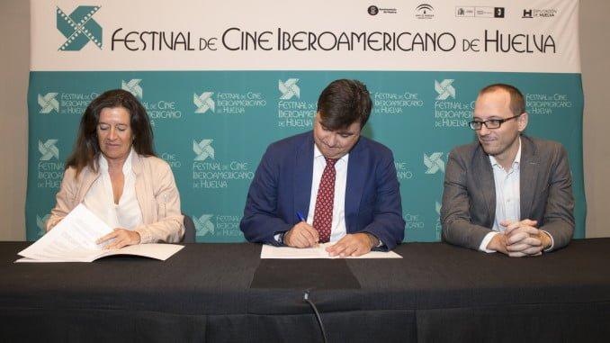 Los firmantes del acuerdo mediante el que Cruzcampo será uno de los patrocinadores del Festival de Cine Iberoamericano