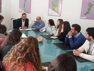 El delegado de Agricultura con alumnos de Ingeniería Agrícola de la UHU en Moguer