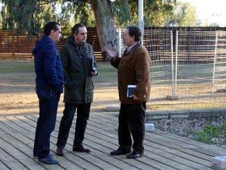 Enrique Figueroa en su visita a la barriada