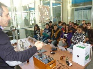 Los alumnos atienden atentos a las explicaciones sobre realidad virtual