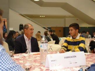 Los participantes en la Semana de la Ciencia desayunando con representantes de las industrias de Huelva