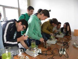 Previo al Día de la Química, la UHU ha celebrado la Semana de Ciencia, en la que los escolares de Huelva han podido experimentar como verdaderos científicos