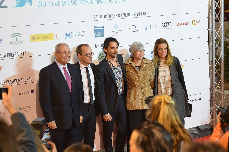 El actor Paco León y el director del Festival junto a la representación de Atlantic Copper y su Fundación.