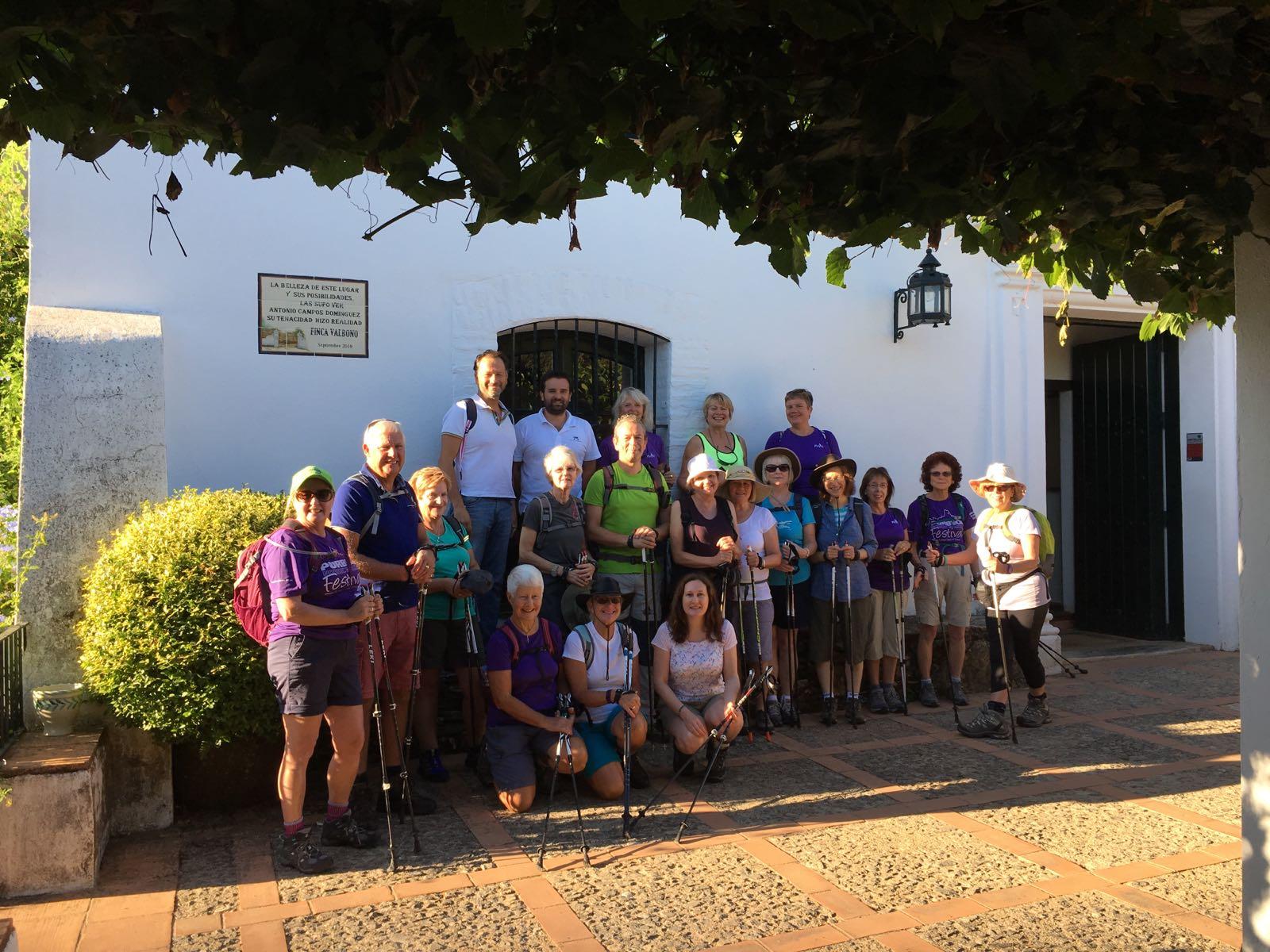 El grupo de turistas británicos que practicaron el Nordic Walking disfrutaron de la belleza de la Sierra de Huelva.