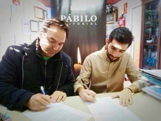 Firma del convenio suscrito por el responsable de la editorial y el presidente de Cienciaterapia