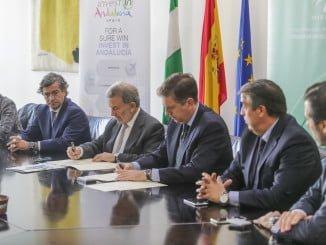Representantes de IDEA y Asociación de Cónsules en el momento en que estampan su firma en el documento de colaboración