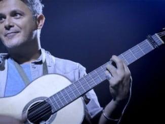 Un homenaje a la guitarra de Paco Lucía en el Festival de Cine. En la imagen no de sus grandes amigos con La Maestro en la mano
