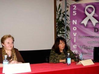 La concejala de Asuntos Sociales presenta a la conferenciante Manuela Nogueira