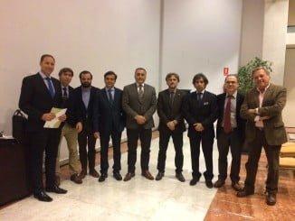 Tras la firma del acuerdo, los representantes de la Asociación de Desguaces y el consejero de Medio Ambiente andaluz